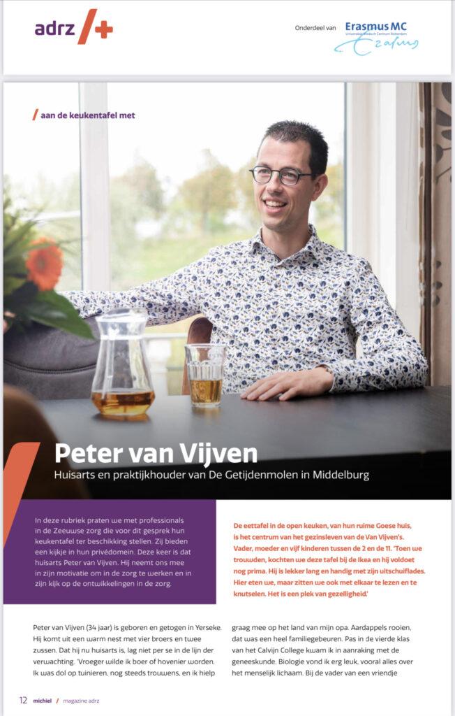 Huisarts Peter van Vijven van Praktijk De Getijdenmolen aan de keukentafel in gesprek met Marjan de Kort over zijn werk in de Zeeuwse zorg en zijn kijk op de ontwikkelingen en het leven voor het patiëntenmagazine Michiel van ziekenhuis Adrz